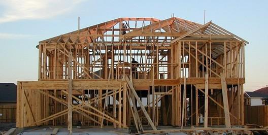 Wood Frame <a href='https://en.wikipedia.org/wiki/Framing_(construction)#/media/File:Wood-framed_house.jpg'>© Jaksmata via Wikimedia </a> Licença CC BY-SA 3.0