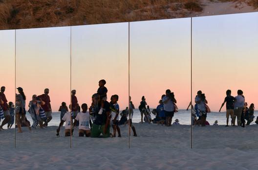 11_-_The_Desert_Island_-_Gj%C3%B8de___Partnere_Arkitekter_-_(c)_Gj%C3%B8de___Partnere_Arkitekter On Cottesloe Beach, Gjøde & Partnere Arkitekter Create a Floating Desert Island for Sculpture By The Sea Architecture