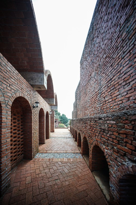 The auditorium and blast furnace define a narrow lane, which develops a dialogue between old and new arches. Image © Gangyi Tan, Jinghao Feng