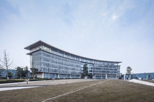 Grass Slopes Connect with Buildings. Image © Yijie Hu