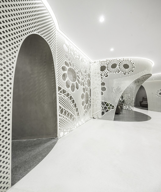 Space of Lace Pattern—Lily Nails Salon (Blue Harbor Store), 2017. Image © Jin Weiqi