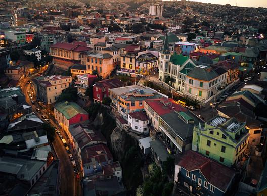 "© <a href='https://www.flickr.com/photos/deensel/28299696589/'>Deensel [Flickr]</a>, bajo licencia <a href=""https://creativecommons.org/licenses/by/2.0/"">CC BY 2.0</a>. ImageCerro Concepción, Valparaíso"