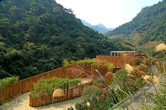 The new building melts into the mountains. Image © Guangyuan Zhang