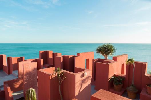 de72f7c8ad7a8b48094dcb9c_rw_1920 Ricardo Bofill's La Muralla Roja Through the Lens of Andres Gallardo Architecture