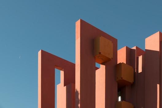 62a489ab9c48438890ab1d9e_rw_1920 Ricardo Bofill's La Muralla Roja Through the Lens of Andres Gallardo Architecture