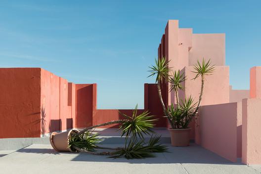6252e0fc2a6462f1ac4fe7ea_rw_1920 Ricardo Bofill's La Muralla Roja Through the Lens of Andres Gallardo Architecture