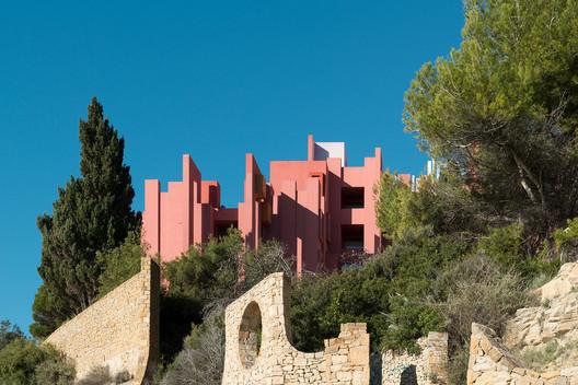c96357c94656c0829c37ab16_rw_1920 Ricardo Bofill's La Muralla Roja Through the Lens of Andres Gallardo Architecture