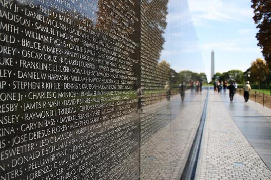 Vietnam Veterans Memorial / Maya Lin. Image © <a href='https://www.flickr.com/photos/derekskey/5249593792'>Flickr user Derek Key</a> licensed under <a href='https://creativecommons.org/licenses/by/2.0/'>CC BY 2.0</a>