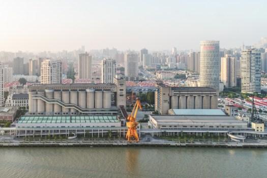 Renovation of 80,000-ton silos on Minsheng Wharf / Atelier Deshaus. Image © Laurian Ghintiou
