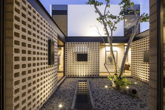 Un Patio / P11 Arquitectos. Image © Eduardo Calvo Satisbón