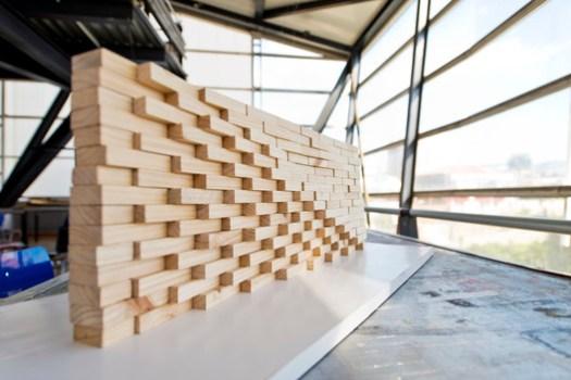 <a href='https://www.plataformaarquitectura.cl/cl/756587/estudiantes-construyen-muros-de-ladrillo-en-disposicion-algoritmica?ad_medium=gallery'>Estudiantes construyen muros de ladrillo en disposición algorítmica</a>. Image Cortesía de Valeska Cirano