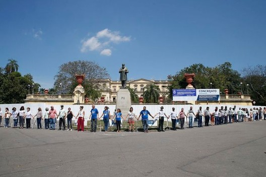 "Researchers and technicians ""hug"" the National Museum to mark a month since the tragedy. Image: Tomaz Silva/Agência Brasil"