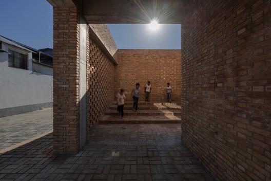 Degraus, crianças e luz Imagem © TrimontImage - Dong Wang