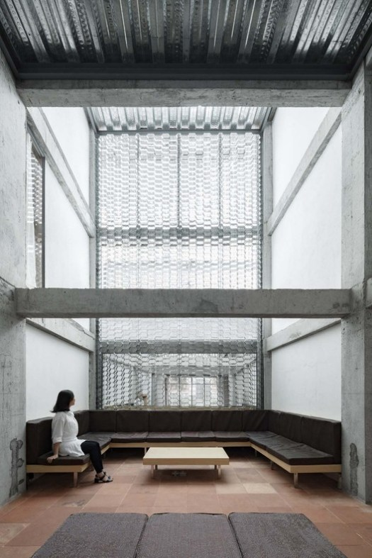 view from entrance, galvanized profiled sheet wall. Image © Keishin Horikoshi /SS