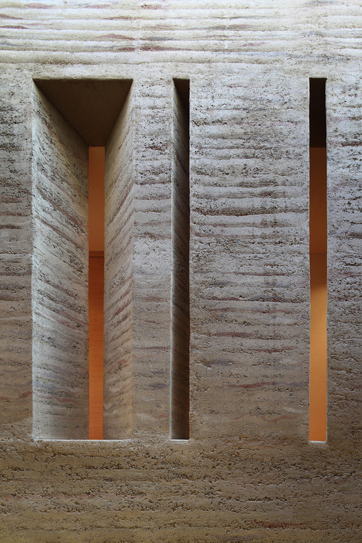 Rammed earth wall in House Gulm. Image © Norman Muller