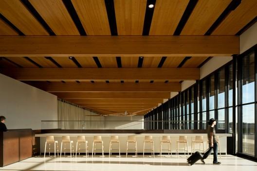 Fort Mcmurray International Airport / office of mcfarlane biggar architects + designers. Image: © Ema Peter