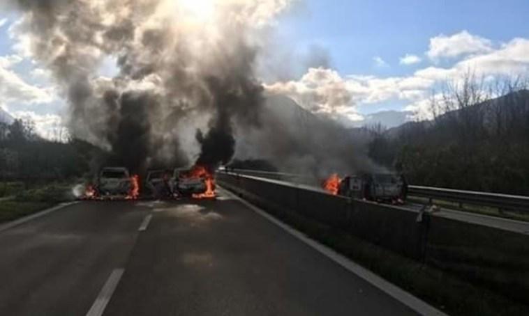 Tentata rapina a portavalori sulla A1, fiamme e chiodi sulla strada