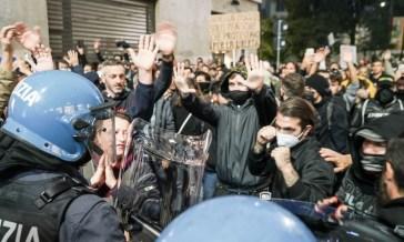 Due persone sono state arrestate per i disordini durante il corteo no-green pass a Milano