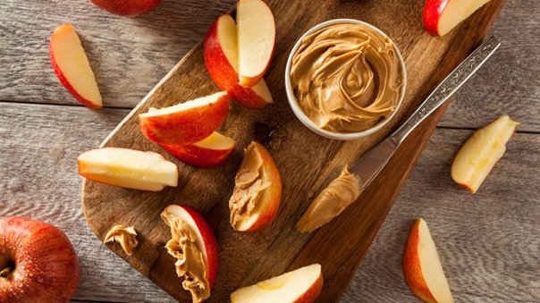 sliced apples with peanut butter