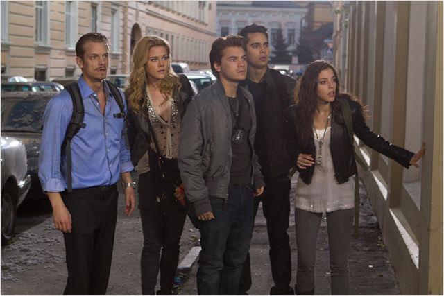 Skyler (Joel Kinnaman), Anne (Rachael Taylor), Sean (Emile Hirsch), Ben (Max Minghella) et Natalie (Olivia Thirlby), une bande de jeunes égarés dans un Moscou dévasté par de mystérieux extraterrestres invisibles...
