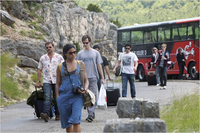 """Photo du film """"Radiostars"""" - Daniel(le) apparaît à droite, contre le bus..."""