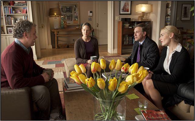 Les Longstreet (John C. Reilly et Jodie Foster) reçoivent les Cowan (Christoph Waltz et Kate Winslet) dans un esprit de conciliation et de courtoisie. Enfin pour le moment...