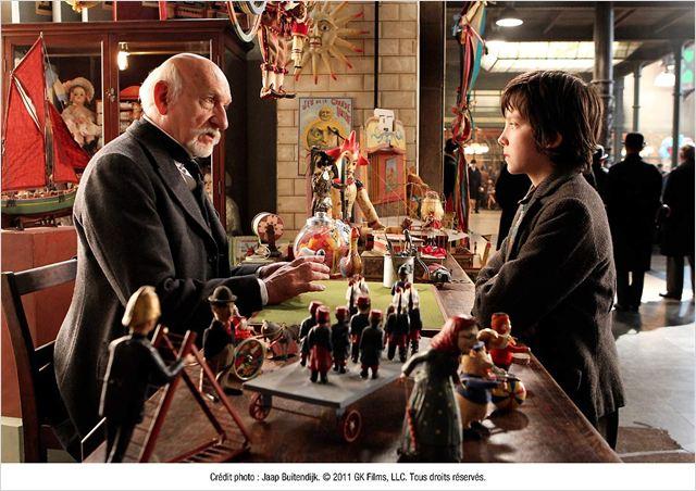 Entre Georges le marchand de jouets (Ben Kingsley) et le jeune Hugo (Asa Butterfield), la première rencontre est plutôt houleuse mais va bouleverser leurs vies...