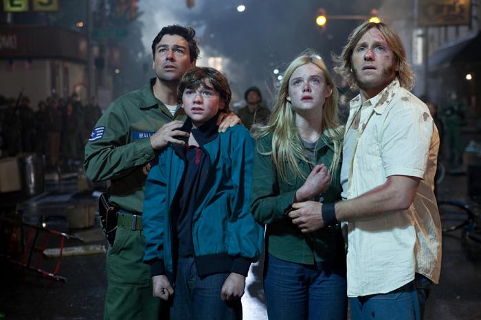 Mais que peuvent donc bien regarder Jack Lamb (Kyle Chandler), son fils Joe (Joel Courtney), Alice Dainard (Elle Fanning) et son père Louis (Ron Eldard) ?