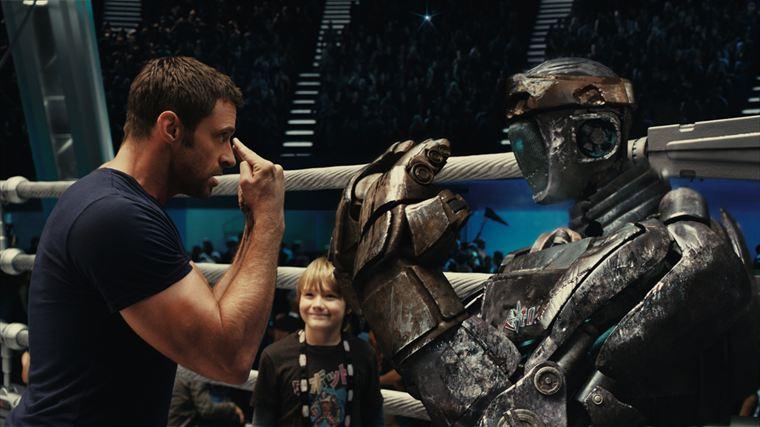 Charlie Kenton (Hugh Jackman) donne ses consignes au robot Atom sous les yeux de son fils Max (Dakota Goyo)