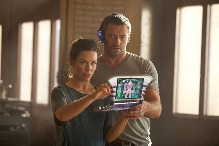 Bailey (Evangeline Lilly) et Charlie Kenton (Hugh Jackman) peaufinent les réglages d'un nouveau robot