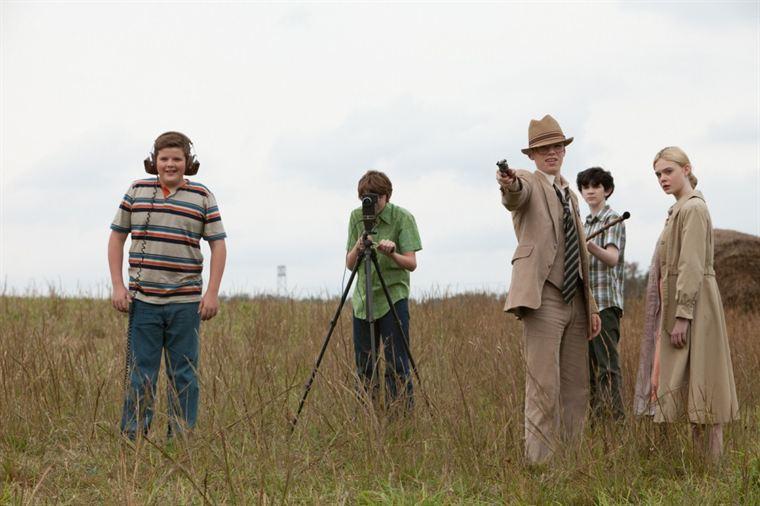 Charles Kaznyk (Riley Griffiths), Joe Lamb (Joel Courtney), Martin (Gabriel Basso), Preston (Zach Mills) et Alice Dainard (Elle Fanning) s'amusent à tourner un film en Super 8