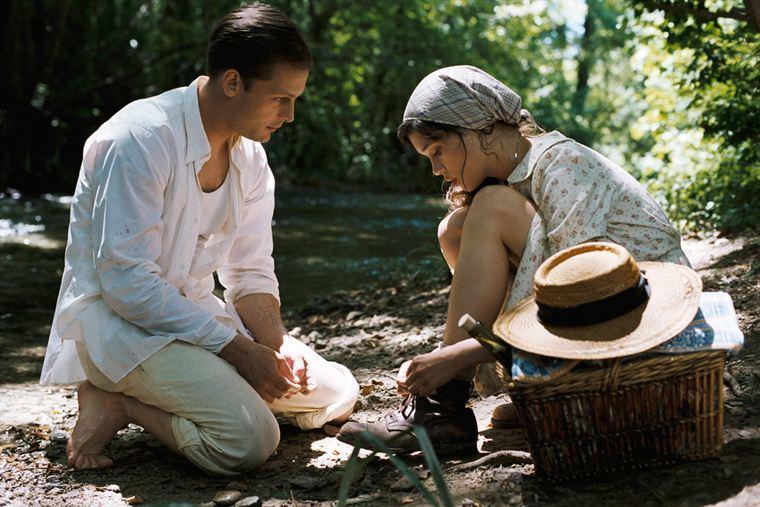 Jacques Mazel (Nicolas Duvauchelle) tente de séduire Patricia (Astrid Bergès-Frisbey), la fille du puisatier