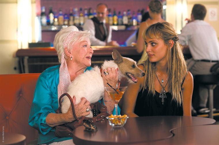 Simone (Line Renaud), la retraitée avec son chien Bertrand, et Chloé (Nora Arnezeder)
