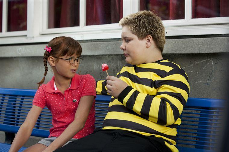 Léonie Gratin (Juliette Chappey) tente de donner des conseils nutritionnels à Ducobu (Vincent Claude)