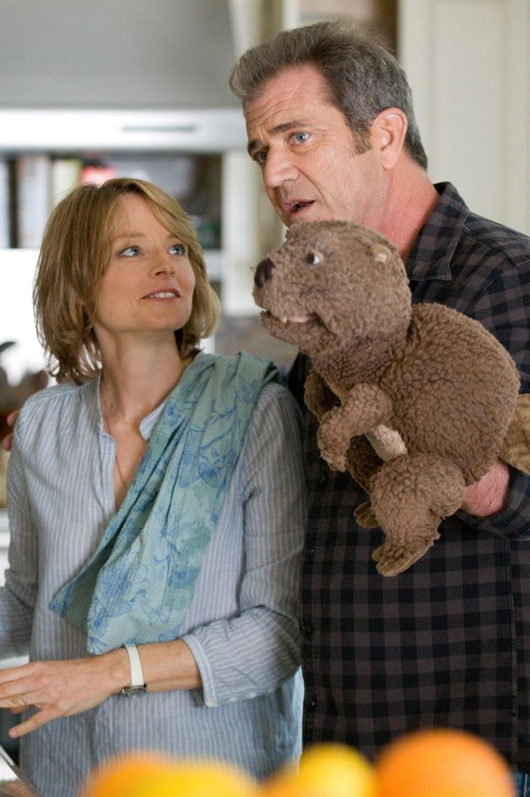 Grâce à son castor en marionnette, Walter (Mel Gibson) reprend goût à la vie aux côtés de sa femme Meredith (Jodie Foster)