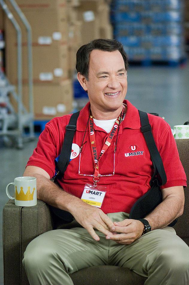 Larry Crowne (Tom Hanks), employé modèle, ne sait pas encore qu'il va être licencié sur le champ...