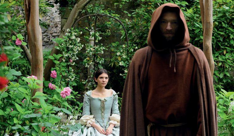 Frère Ambrosio (Vincent Cassel) a rendu visite à la mère de la jeune Antonia (Joséphine Japy)