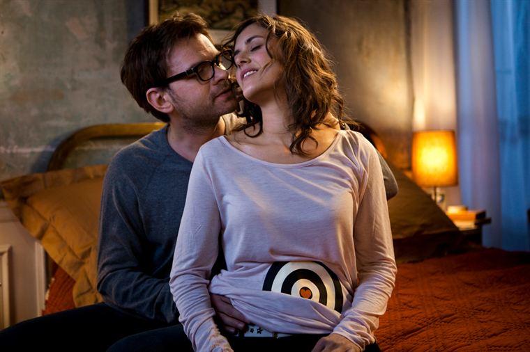 Yann (Clovis Cornillac) et Rose (Olivia Bonamy) s'aiment et veulent un enfant, mais n'y parviennent pas...