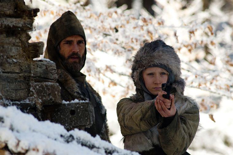 Erik (Eric Bana) veille à ce que sa fille Hanna (Saoirse Ronan) sache se battre et se défendre toute seule