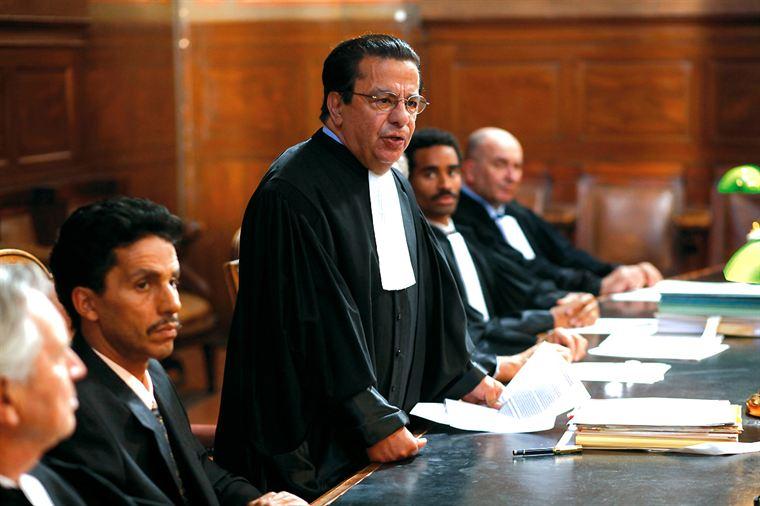 Omar Raddad (Sami Bouajila) pendant son procès, défendu par le très médiatique Maître Vergès (Maurice Bénichou)