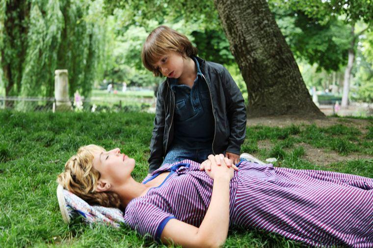 Alice (Cécile De France), fatiguée, se repose avec son fils Gabriel (Jolhan Martin)