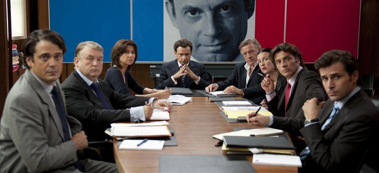 Le candidat Sarkozy (Denis Podalydès) entouré de ses proches collaborateurs (Mathias Mlekuz, Dominique Besnehard, Florence Pernel, Pierre Cassignard...)