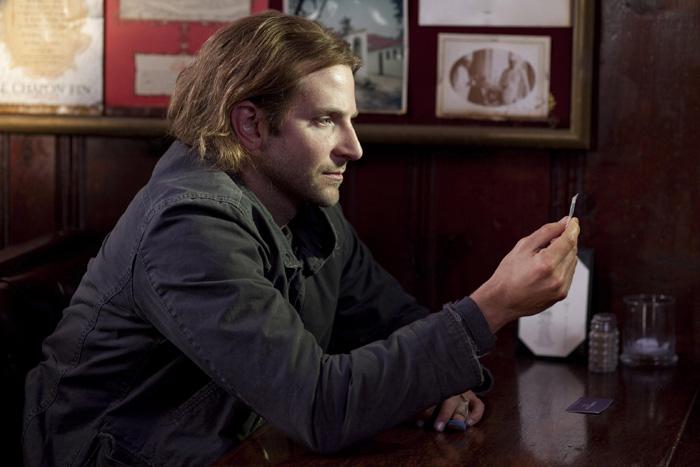 Eddie Morra (Bradley Cooper) s'interroge : va-t-il essayer cette pilule miracle offerte par son ex-beau-frère, et censée changer sa vie ?
