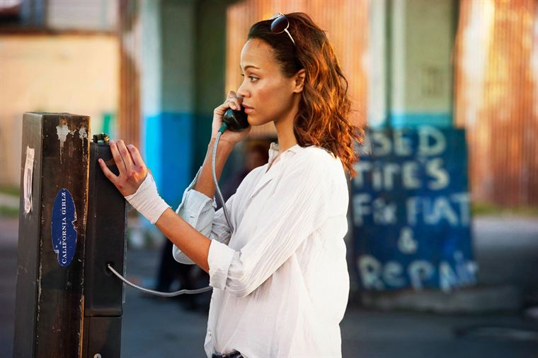 Cataleya (Zoe Saldana) est très discrète et peu bavarde, même au téléphone...