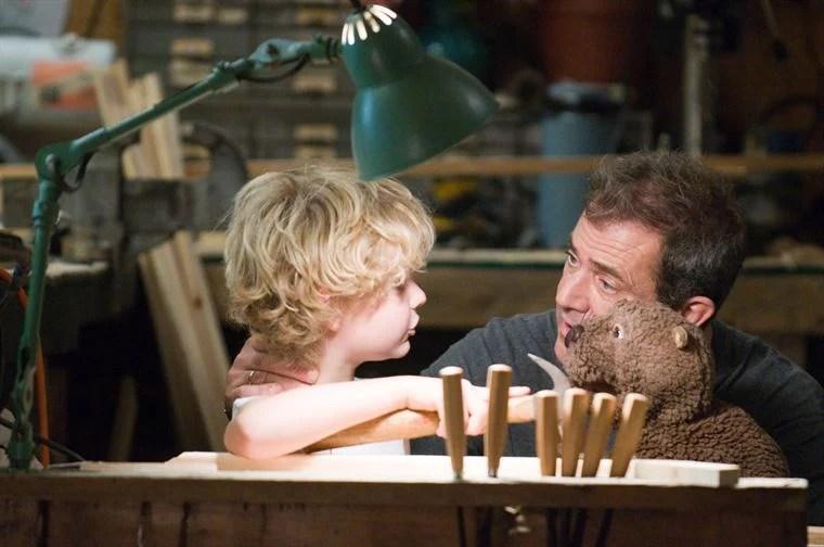 A travers son castor, Walter (Mel Gibson) fascine enfin son jeune fils (Riley Thomas Stewart)