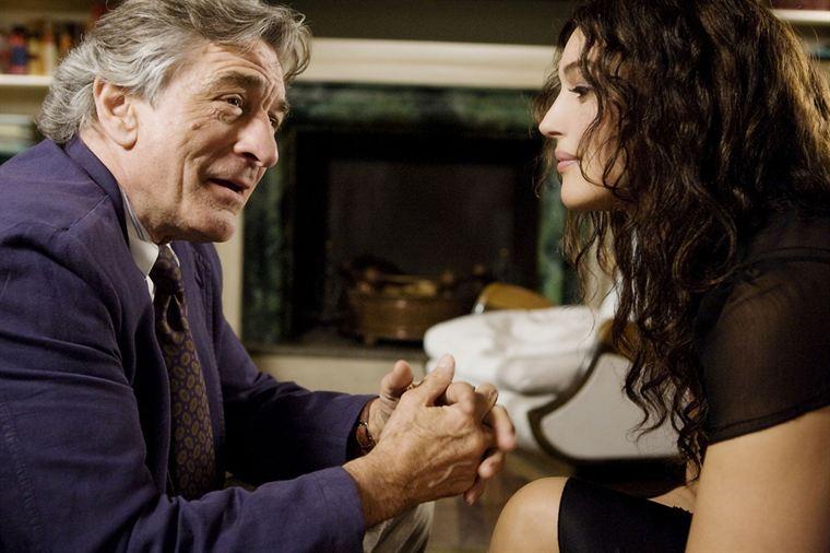 Adrian (Robert De Niro) et Viola (Monica Bellucci) deviennent de plus en plus complices...