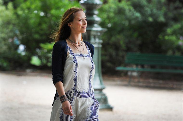 Première journée idyllique à Paris pour Sophie Malaterre (Karine Vanasse), qui ne sait pas encore ce qui l'attend...