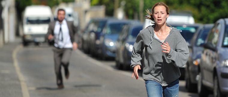 Sophie Malaterre (Karine Vanasse) n'a pas d'autre choix que d'échapper à Damien Forgeat (Eric Cantona)
