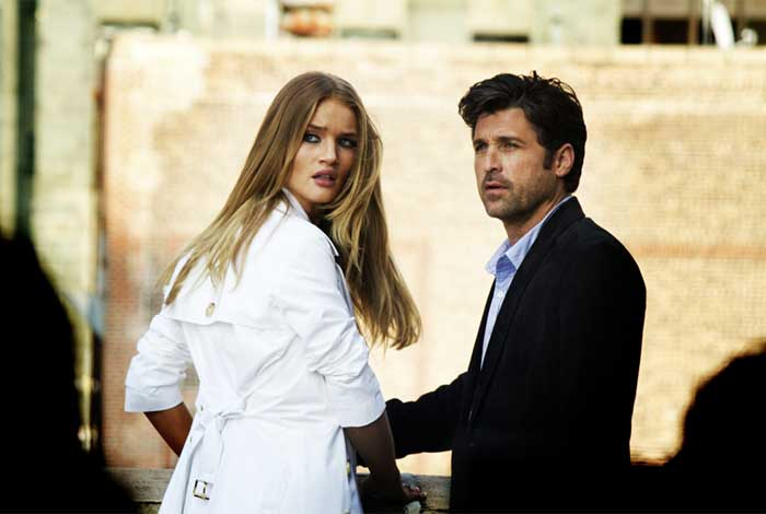 Carly Spencer (Rosie Huntington-Whiteley) et son mystérieux patron, Dylan Gould (Patrick Dempsey)
