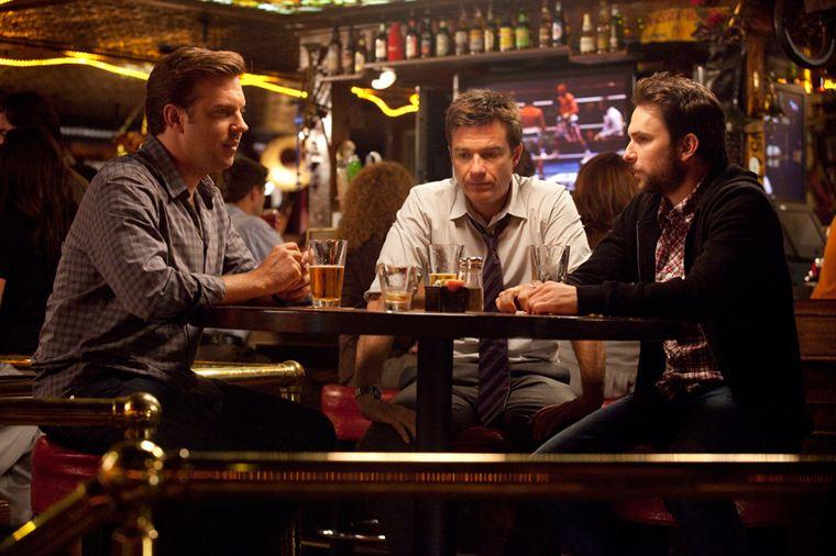 C'est au cours d'une soirée alcoolisée que Kurt (Jason Sudeikis), Nick (Jason Bateman) et Dale (Charlie Day) décident d'éliminer leurs patrons respectifs...